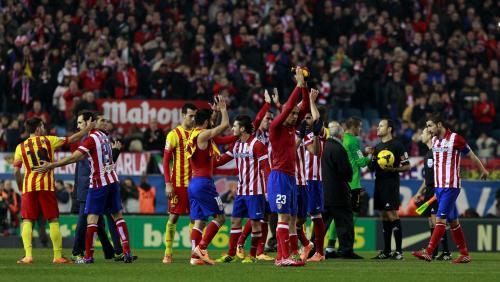 Los jugadores del Atlético de Madrid y del FC Barcelona, al finalizar el partido correspondiente a la decimonovena jornada de Liga en Primera División, disputado esta noche en el estadio Vicente Calderón, en Madrid, que ha terminado con empate a cero. (Foto: EFE)