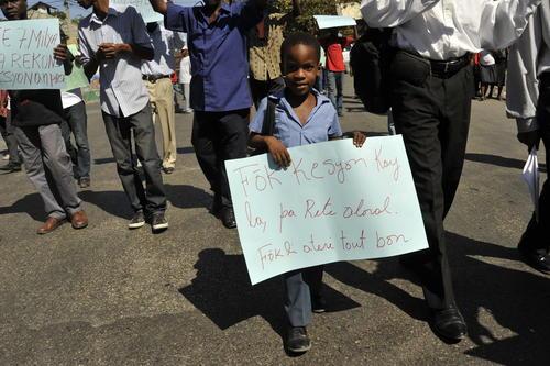 Manifestantes se presentaron hoy en Puerto Príncipe, Haití, para solicitar al estado que reconsidere el tema de vivienda en el país. (Foto: Jean Jacques Augustin/EFE)