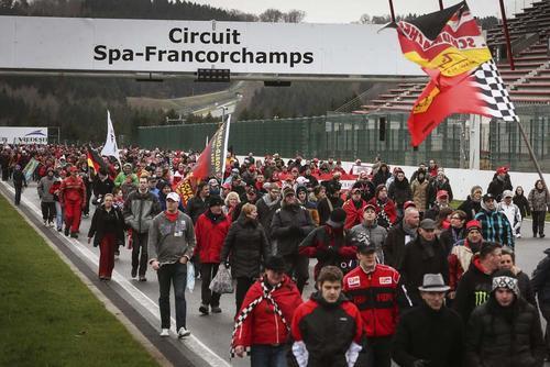 Aficionados alemanes a la Fórmula Uno y además seguidores de Schumacher, rindieron un tributo al excampeón alemán en la pista Spa Fancorchamp en Bélgica. (Foto: Olivier Hoslet/EFE)