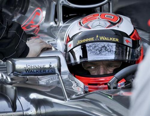 El piloto de Fórmula Uno, atento al camino, sin despegar el ojo de lo que viene, como quien sabe vivir. (Foto: EFE).