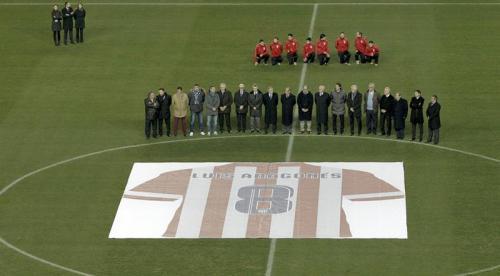 El estadio rindió homenaje a Luis Aragonés, jugador y el técnico más exitoso en la historia del Atlético de Madrid. (Foto: EFE)