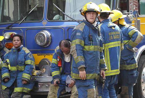 Bomberos argentinos descansan durante un incendio en el barrio de Barracas, en el sur de Buenos Aires.  (Foto: EFE)