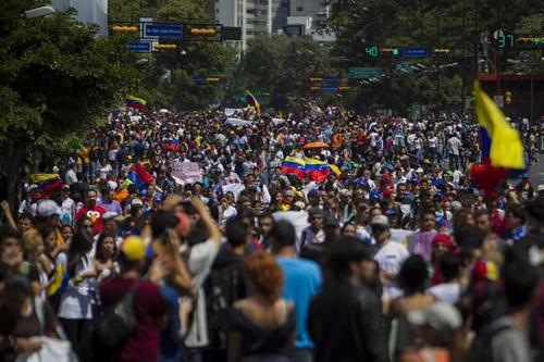 Las manifestaciones multitudinarias por el día de la Juventud, en protesta contra el gobierno de Nicolás Maduro, han degenerado en una crisis violenta. Aquí una imagen de las calles de Caracas, tomadas por los estudiantes. (Foto: EFE).