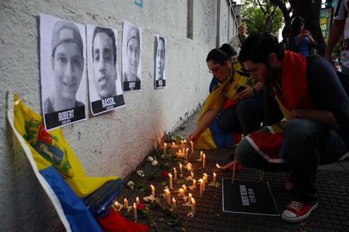 Los compañeros hacen vigilia por dos de los estudiantes fallecidos en medio de las protestas en Venezuela. (Foto: EFE).