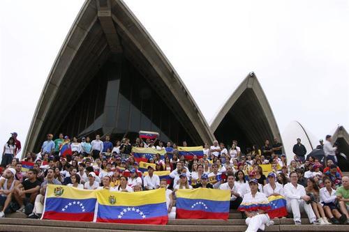 Un grupo de venezolanos residentes en Australia se reunieron frente a la Casa de la Opera en la ciudad de Sídney para solidarizarse con los estudiantes que protestan contra el Gobierno venezolano. Foto:Efe