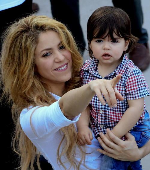 La cantante colombiana Shakira, con su hijo Milan Piqué, durante la inauguración de un colegio de su Fundación Pies Descalzos. (Foto:EFE)