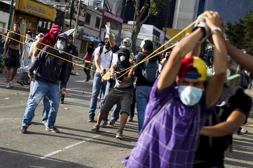 """Estudiantes opositores encabezaron multitudinarias marchas en Caracas y otras ciudades de Venezuela en una nueva jornada de protestas contra Maduro, quien decretó """"la victoria de los carnavales"""" tras celebrar la """"lección"""" del pueblo a quienes desean """"prohibir la felicidad"""". (Foto: EFE/Miguel Gutiérrez)"""