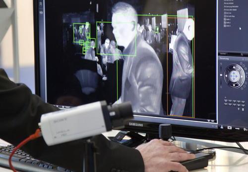 Una imagen tomada con una cámara térmica es visionada en una pantalla en el stand de Seetec en la feria CeBIT en Hannover (Alemania) hoy, lunes 10 de marzo de 2014. Hoy comienza la CeBIT, la principal feria internacional del sector de las tecnologías de la información y de la comunicación. (Foto: EFE/Friso Gentsch)