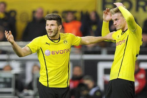 El Dortmund volvió a caer, esta vez en casa, ante el Gladbach. Aquí, Jojic y Ducksh lamentan el resultado final. (Foto: EFE).