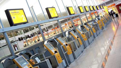 """Lufthansa quiere empeorar la reglamentación existente hasta ahora y provocar una escisión generacional"""" se quejaron los inconformes, quienes exigen a la compañía un convenio único que también acoja a los trabajadores más jóvenes. (Foto: EFE)"""