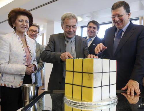 El arquitecto y diseñador húngaro Erno Rubik (c), inventor del Cubo de Rubik, corta un pastel con la forma de su invento en presencia del presidente de la Comisión Europea, José Manuel Durao Barroso (d), y de la comisaria europea de Educación, Cultura, Multilingüismo y Juventud, Androulla Vassiliou (i), durante la celebración de los cuarenta años de existencia del Cubo de Rubik, en la sede de la Comisión Europea en Bruselas, Bélgica. (Foto: EFE/Stephanie Lecocq)