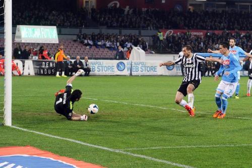El jugador del Nápoles, José María Callejón, dispara a la portería de Buffon donde el equipo anotó dos veces durante el juego. (Foto: EFE)