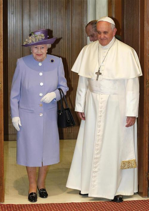Tras el intercambio de presentes, el papa, la monarca británica y su consorte, acompañados por un intérprete, accedieron a la sala del Aula Pablo VI para celebrar una reunión a puerta cerrada que estaba previsto que durase treinta minutos. (Foto: EFE)