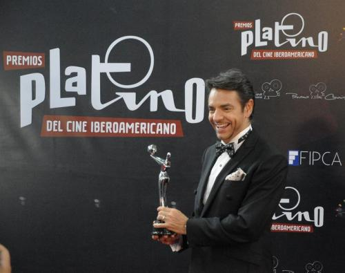 Eugenio Derbez posa orgulloso con su primera estatuilla plateada. (Foto: EFE)