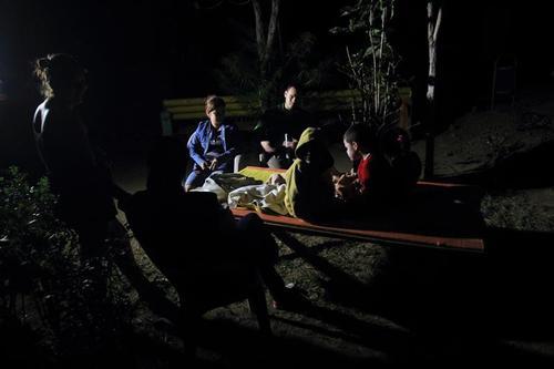 Familias tuvieron que dormir en la calle, tras daños a las casas. (Foto: EFE)