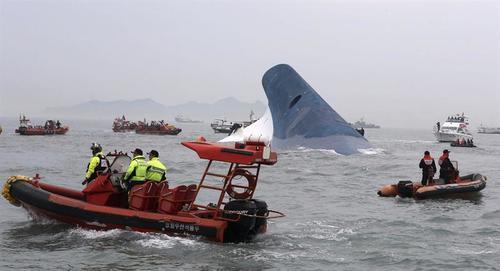 Buzos buscan rescatar a los pasajeros del barco que naufragó en Corea del Sur, en su mayoría son estudiantes de bachillerato. (Foto: EFE)