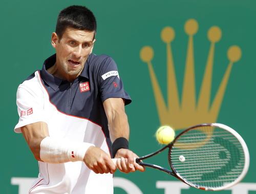 Afectado por una lesión en la muñeca derecha Novak Djokovic cayó ante Roger Federer en el Masters 1000 de Monte Carlo.  (Foto: EFE)
