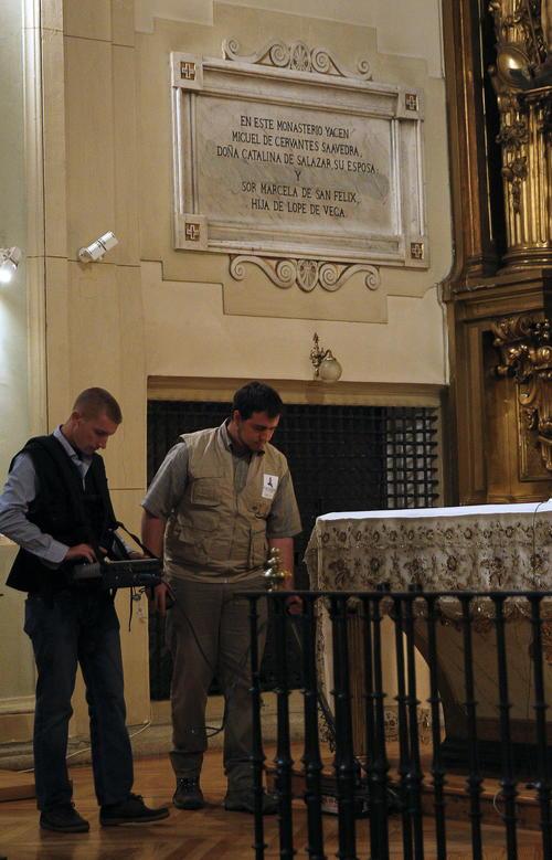 Miembros del equipo de Luís Avial, con ayuda un georrradar e infrarrojos, buscan en el altar del convento del las Trinitarias. (Foto: EFE/Ballesteros)
