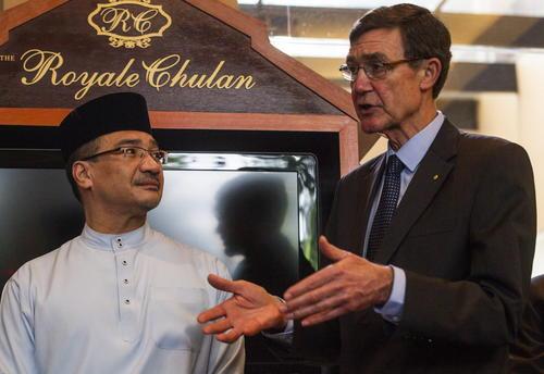 El ministro de defensa malasio, Hishamuddin Hussin (izda), y el director de la Oficina de Investigación y Análisis (BEA), Jean-Paul Troadec, ofrecen una rueda de prensa en Kuala Lumpur (Malasia). (Foto: EFE)