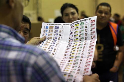 Las papeletas de votación para diputados eran muy grandes, debido a que se puede escoger a cada diputado de forma individual y no por listados de partidos políticos. (Foto: EFE)
