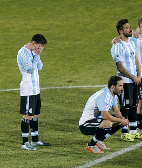 La desazón de Messi fue evidente tras perder en la tanda de penales ante Chile. (Foto: EFE)