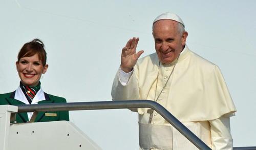 El papa Francisco aborda el vuelo que lo llevó a Ecuador. (Foto: EFE)