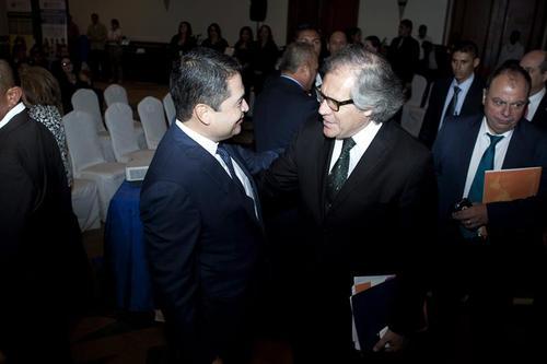 Luis Almagro, Secretario General de la OEA, dialoga con el presidente de Honduras, Juan Orlando Hernández. (Foto: EFE)