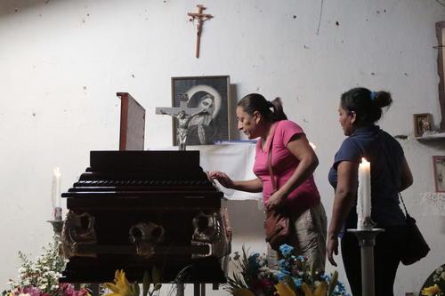Familiares velan el cuerpo de Miguel Ángel Jiménez, activista que empezó la búsqueda de los 43 estudiantes de Ayotzinapa. (Foto: EFE)