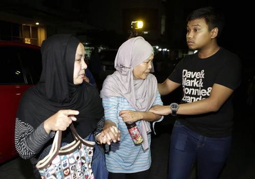 La madre de uno de los pasajeros del avión de Trigana Air desaparecido, llora en la oficina de la aerolínea en Jakarta, Indonesia. (Foto EFE)