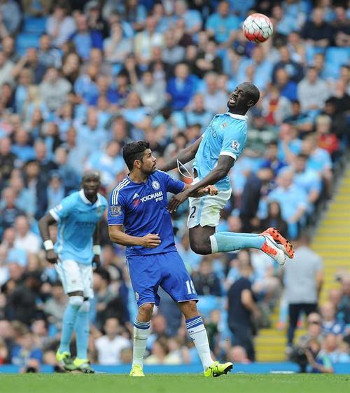Diego Costa y Toure pelean un balón. (Foto: EFE)