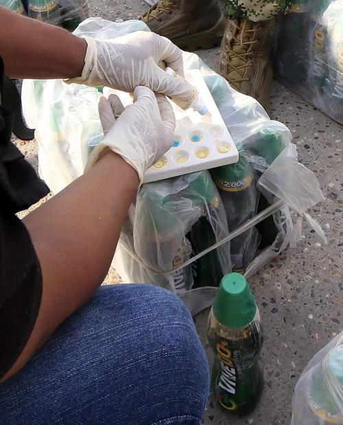 """Localizan  clorhidrato de cocaína en presentación líquida empacada en 2064 botellas de la bebida energizarte """"Vive 100"""" en Cartagena, Colombia (Foto: Efe)"""