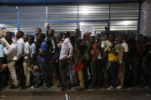 Haitianos esperan a que se abran las puertas de un centro electoral este domingo 25 de octubre de 2015, en Puerto Príncipe, Haití. (Foto: EFE)