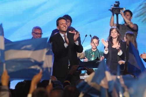 El candidato a la presidencia de Argentina por el Frente Renovador, Sergio Massa (c), aplaude luego de hablar ante seguidores el domingo 25 de octubre de 2015, desde su centro de campaña en localidad de Tigre, provincia de Buenos Aires (Argentina). (Foto: EFE)