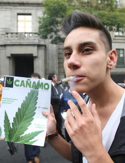 Un joven fuma marihuana en las afueras de la Suprema Corte de Justicia de la Nación, en Ciudad de México. (Foto EFE)