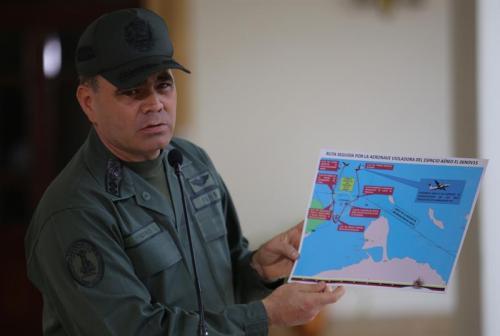 El general Vladimir Padrino habla con los medios de la supuesta violación del espacio aéreo de Venezuela. (Foto EFE)