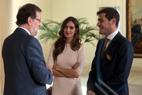 El presidente Mariano Rajoy conversa con el capitán de la selección española y su actual pareja Sara Carbonero. (Foto: EFE)