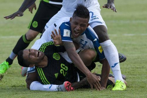 Javier Aquino cayó y la rodilla de Luis Garrido se pulverizó. (Foto: Gustavo Amador/EFE)