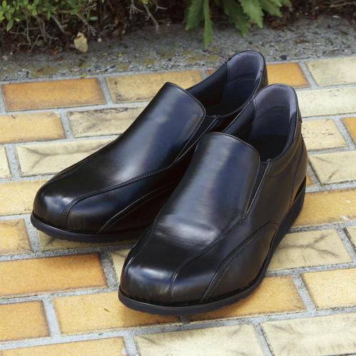 """Los zapatos """"GPS Dokodemo Shoes"""" llevan un localizador instalado en el interior de la suela del zapato izquierdo y permiten conocer la posición del usuario a través de dispositivos como teléfonos inteligentes y ordenadores tras compartir el número de identificación del terminal y una contraseña. (Foto: EFE)"""