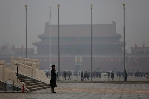La plaza de Tiananmen en Pekín, China, luce casi invisible por una nube de contaminación. (Foto EFE)