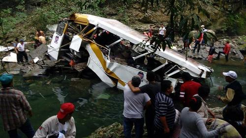 En el lugar del accidente murieron 18 personas y otras 2 en los hospitales de la localidad. (Foto: EFE)