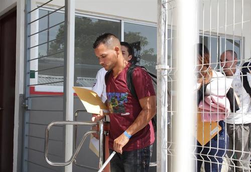 Un ciudadano cubano pasa el trámite de registro ante las autoridades migratorias de México, tras recorrer Centroamérica. (Foto EFE)