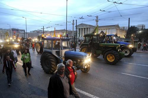 Campesinos marchan con sus vehículos sobre el centro de la capital. (Foto: EFE)