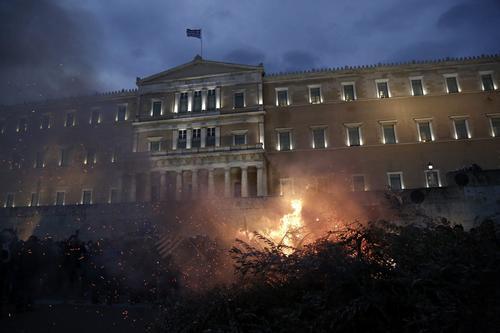 Encendida la noche en Atenas en el palacio presidencial. (Foto: EFE)