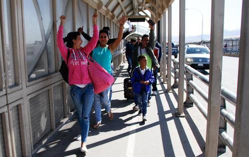 Momento en que ciudadanos cubanos caminan hacia territorio estadounidense el pasado miércoles 24 de febrero en un punto fronterizo de Ciudad Juárez (México). (Foto: EFE)
