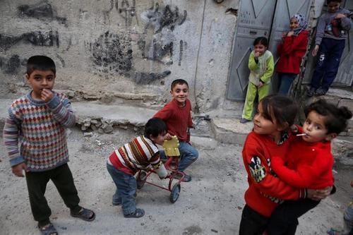 Niños sirios aprovechan el alto al fuego para poder salir a jugar a las calles con libertad. (Foto: EFE)