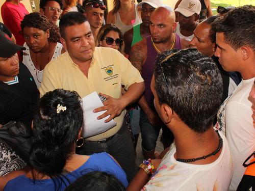 Migrantes cubanos que reclamaron no haber sido incluidos en la lista de más de mil que viajarán desde Panamá hasta México en un vuelo directo. (Foto: EFE/Archivo)