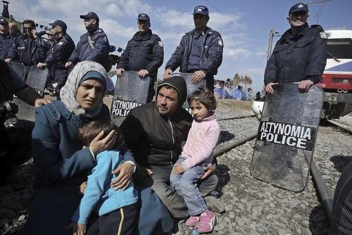 Refugiados sirios participan en una protesta en el campamento griego de Idomeni, situado en la frontera con Macedonia. (Foto: EFE)