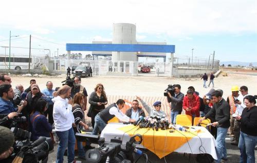 El abogado José Luis Gonzalez Meza y el coordinador de derechos humanos de Tamaulipas Carlos Urrutia  hablan durante una rueda de prensa en las afueras del centro federal de readaptación social del penal del Altiplano 1. (Foto: Efe)