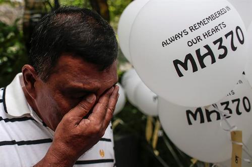 Unas 150 personas participaron en el homenaje a dos días del segundo aniversario de la desaparición del avión de Malaysia Airlines. (Foto: EFE)