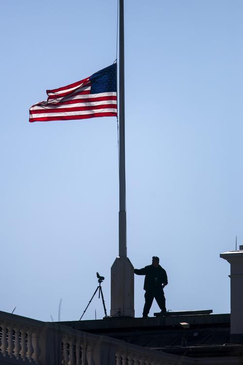 En la Casa Blanca la bandera estadounidense ondea a media asta en honor a la ex primera dama estadounidense Nancy Reagan. (Foto: EFE)